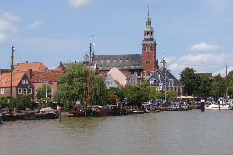Rathaus und Hafen in Leer Ostfriesland